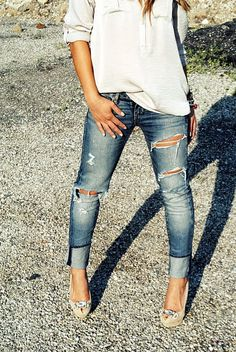 Heels and ripped jeans is a tough look to pull off. She did it though! Love the nails too