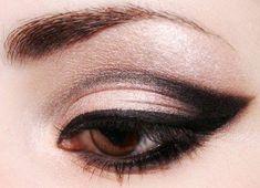Prueba un cate eye dramático para algún evento, encuentra más tutoriales en http://www.1001consejos.com/