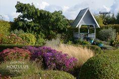 Ogrody Hortulus Spectabilis to zespół ogrodów o powierzchni około 6 ha, w którym znajdziemy: magiczny kamienny krąg, Ogrody 4 Pory Roku, Ogród Zegarów, Ogród Kalendarz Celtycki oraz angielskie rabaty bylinowe cieszące oko kolorami i elementami architektonicznymi, rosarium z parterami bukszpanowymi, ale również ogrody węzłowe i topiary bukszpanowe. #jesien #ogrod #garden #autumn #kompozycjajesienna #ogrodozdobnyjesienia #trawyozdobne Cabin, House Styles, Home Decor, Decoration Home, Room Decor, Cabins, Cottage, Home Interior Design, Wooden Houses