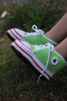 Crochet Sneakers - too freakin' adorable! So going to make these when I have kids :) Crochet Baby Booties, Knit Or Crochet, Learn To Crochet, Cute Crochet, Crochet For Kids, Crochet Converse, Crochet Slippers, Crochet Accessories, Crochet Clothes