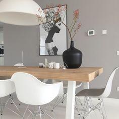 Ruben Ireland poster Walldecoration Eames chairs Eethoek houten balken HK living vase Rozenbotteltak