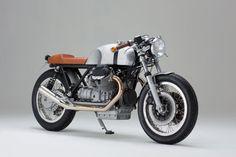 Axel Budde, bien connu des amateurs de motos personnalisées, a récemment jeté son dévolu sur une Guzzi par Kaffeemaschine. Cette moto d'exception a été réalisée pour un client genevois très chanceux.  La dernière production du customiser basé à Hambourg est une Moto Guzzi Le Mans II ...