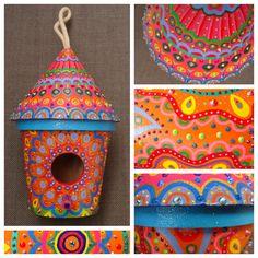Kleurrijk beschilderd vogelhuisje