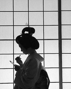 Black and white Geisha - Photography by Ryushi Kojima, Japan. Photo Japon, Japan Photo, Geisha Japan, Geisha Art, Japanese Kimono, Japanese Art, Koi, Japan Destinations, Memoirs Of A Geisha