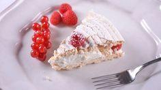 En el capítulo 21 del programa de televisión Cocina de familia, Elena Aymerich prepara un Tarta de merengue relleno de nata y frambuesas. El merengue es...