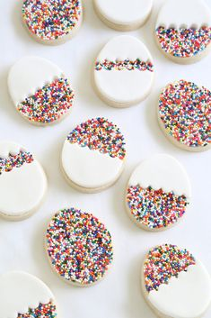 30 gorgeously bright Easter dessert recipes to celebrate spring like this Egg-Shaped Sprinkle Cookies recipe! 30 gorgeously bright Easter dessert recipes to celebrate spring like this Egg-Shaped Sprinkle Cookies recipe! No Egg Cookies, Sprinkle Cookies, Easter Cookies, Easter Treats, Cookies Et Biscuits, Sugar Cookies, Baking Cookies, Baking Biscuits, Easter Snacks