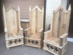 The Pallet Earth reclaimed wood throne idea started out as a grand garden chair or a rustic seat for use both inside or out. Woodworking Supplies, Woodworking Furniture, Woodworking Plans, Woodworking Projects, Diy Wooden Projects, Cool Diy Projects, Wooden Diy, Pallet Chair, Diy Chair