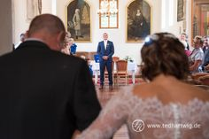 Der Bräutigam wartet auf seine Braut. Hochzeitsreportage mit Herz.