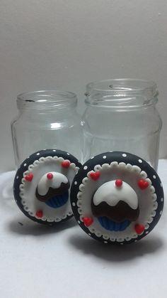 Pote de vidro decorado , tamanho pequeno.Tampa decorada em biscuit, feito sob encomenda, pode mudar a cor da tampa. Esse valor de 13,50 é para cada vidrinho.