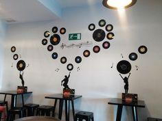 Dyi decoración con vinilos antiguos. En Melandrainas Café crearon esta pared tan bonita y divertida