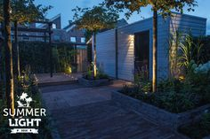 In de reeks SUMMER LIGHTS deze sfeervolle tuin met daarin grondspot DB LED in de vlonder en buitenspot SCOPE die de bomen in de tuin uit licht.
