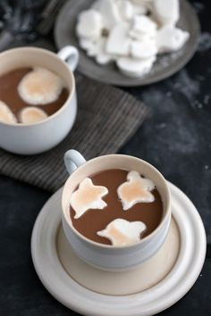 A tutorial with plenty of tips and tricks on how to make the best homemade from-scratch vanilla marshmallows. Plus a cute way to decorate them up for Halloween! Growing up, my family drank a lot of. Halloween Food Dishes, Halloween Party Treats, Homemade Halloween, Halloween Baking, Halloween 2014, Spooky Halloween, Halloween Stuff, Holiday Baking, Happy Halloween