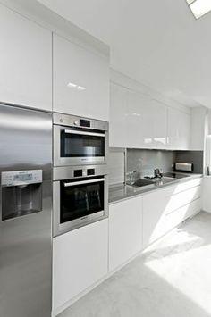 cocinas-blancas-hornos-integrados-frigorifico-gris-balsa-gris-cocina-moderna