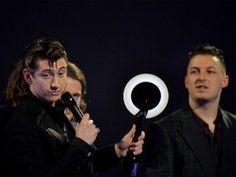 Alex Turner, dos Arctic Monkeys, recebe prêmio de melhor disco no Brit Awards 2014, em Londres