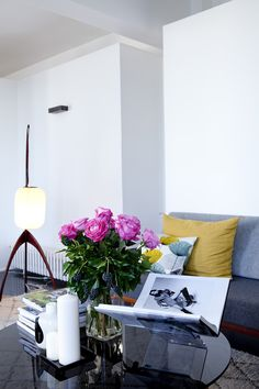 In the living room, glass coffee table inspired Isamu Noguchi, Rispal to a lamppost.