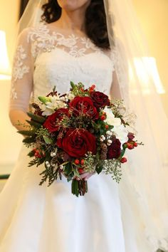Romantic and Elegant Red Bridal Bouquet Ideas Engagement, Tara Delgatto, Engagement Romantische und elegante rote Brautstrauß-Ideen Source . Christmas Wedding Bouquets, Winter Wedding Flowers, Floral Wedding, Wedding Day, Wedding Ceremony, Budget Wedding, Green Wedding, Wedding White, Winter Themed Wedding