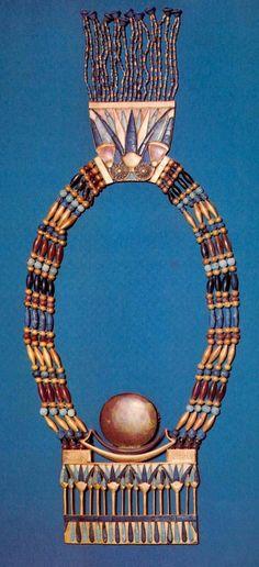 Ожерелье с пекторалью  Около 1334 - 1328 до н. э. Золото, лазурит, сердолик, полевой шпат, смола Длина ожерелья 23,5 см; ширина пекторали 10,8 см; ширина застежки 6,8 см Египетский музей. Каир
