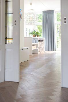 Eiken houten vloer gelegd in visgraad motief in jaren 30 woning. Woonkeuken en woonkamer worden door een traditionele kamer en suite met glas in lood. www.pieterdeboer.com