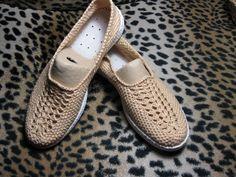 Давно смотрела на обувь,связанную крючком.Какие чудеса творят рукодельницы!Решила попробовать и вот что получилось Не так уж нужна мне эта обувь,но сам процесс захватывает!
