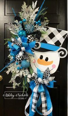 Snowman Wreath - Blue with Black Buffalo Check, Garten Dyi Projekte, Christmas Door Wreaths, Christmas Swags, Christmas Door Decorations, Holiday Wreaths, Christmas Crafts, Winter Wreaths, Prim Christmas, Spring Wreaths, Summer Wreath