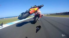 Zarco bins it, Philip Island Grand Prix, Eddie Lawson, Race Around The World, When Things Go Wrong, Bike Rider, Racing Motorcycles, Isle Of Man, Road Racing, Sport Bikes