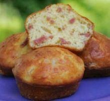 http://www.750g.com/muffin-jambon-fromage-r36906.htm Ingrédients 100 g de farine 1/2 sachet de levure chimique 2 oeufs entiers 1 yaourt nature 3 cuillères à soupe d'huile 100 g de jambon blanc (en allumettes ou cubes) 75 g de fromage rapé sel, poivre.
