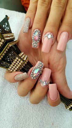 Unhas artísticas, unhas decoradas, unhas com pedras e adesivos de unhas 2018 Fancy Nails, Love Nails, Trendy Nails, Rhinestone Nails, Bling Nails, Gem Nails, Hair And Nails, Pink Wedding Nails, Broken Nails