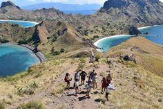 Setiba kami di Pulau Padar kami harus mendaki ke atas puncak, untuk menikmati keindahan alam Pulau Padar. Dari atas puncak, aku sibuk menghitung pulau-pulau kecil yang tidak dapat aku hitung dengan jari.