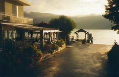 L'auberge du lac   1 Idéale pour couper sa journée de travail, pour une soirée romantique ou un dîner en famille, la terrasse de l'Auberge du lac s'avance sur le lac, à une encablure de l'embarcadère de Veyrier-du-Lac. Effet garanti !