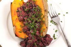 Gebackene Süßkartoffel mit Rote Bete in Mandelsoße In Sachen Resteverwertung bin ich mittlerweile ein echter Profi. Irgendwie muss man ja auch die ganzen Gemüsesorten aus der Biokiste verwerten. Vi…