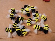 Easy-Bees-y: DIY pipe cleaner bees Pipe Cleaner Art, Pipe Cleaner Animals, Pipe Cleaners, Bee Crafts, Crafts For Kids, Diy Pipe, Bees Knees, Spring Crafts, Creations