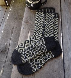 Ravelry: Philosophers Walk Socks pattern by Lesley Melliship Socks are knit from the top down. Pattern is written for 5 double-pointed needles, but you can of course use any type of needles you prefer. Diy Knitting Socks, Crochet Socks, Loom Knitting, Hand Knitting, Knitted Hats, Knit Crochet, Knit Socks, Knitted Slippers, Knitting Machine