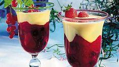 Rote-Beeren-Grütze   Zutaten für 6 Portionen:  1 kg Beeren, gemischt (z. B. Himbeeren, Johannisbeeren, Heidelbeeren, Brombeeren)  1 Stk. Vanilleschote  200 ml Rotwein  125 ml Johannisbeersaft, schwarz  2 Packung(en) Citro-Back  125 g Zucker  40 g Speisestärke  6 EL Wasser  1 Flasche(n) Dessert-Sauce Vanille, (à 125 g, z. B. von Schwartau)  1 Hand voll Zitronenmelisse  50 g Amaretti, (italienische Mandelmakronen)