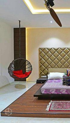 Мягкое изголовье кровати на подиуме в спальне в стиле модерн
