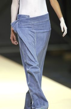Yohji Yamamoto at Paris Fashion Week Spring 2004 - Details Runway Photos Fashion Week Paris, Runway Fashion, Yohji Yamamoto, Fashion Details, Look Fashion, Japanese Fashion Designers, Pantalon Large, Mode Jeans, All Jeans