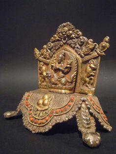 Altare di #Mañjushri: #Nepal XX sec. Piccolo altare in argento arricchito con coralli dedicato al bodhisattva Mañjushri. Siede al centro sovrastato dal mostro Cheppu, su di un leone in una particolare forma, e si differenzia dalla sua più classica raffigurazione per la posizione dei suoi tipici attributi (la spada e il libro), poggiati in questo caso su due loti retrostanti. BASE 12 CM, H 13 CM www.arte-orientale.com