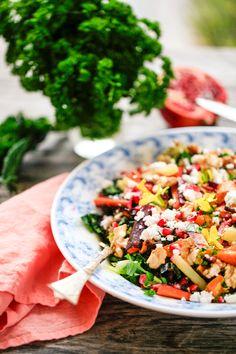 Denne delikate salat med grønkål, granatæbler og søde kartofler strutter af sundhed. Den ser samtidig smuk ud og vil pynte på ethvert middagsbord. Granatæbler er fyldt med nærende og sun