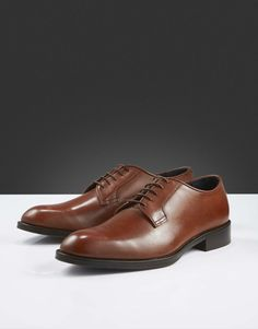 Agaton shoe-Men's classic derby-style shoe in smooth calf leather. Slim piping in leather around shoe opening, blake stitched construction and thin waxed round shoelaces. Leather outsole with half rubber. Derby, Men's Shoes, Dress Shoes, Tiger Of Sweden, Leather Interior, Calf Leather, Calves, Fashion Shoes, Oxford Shoes