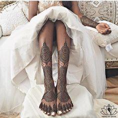 Breathtaking bridal by Henna by Divya ✨ Wedding Henna Designs, Henna Tattoo Designs, Bridal Mehndi Designs, Henna Tattoos, Paisley Tattoos, Art Tattoos, Foot Henna, Henna Mehndi, Mehendi