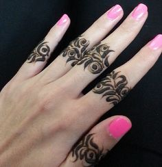 Love this unusual henna placement