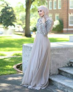 Consider this your ultimate guide to look impeccably chic this wedding season. See a selection of 12 simple hijab evening dresses to inspire you! Hijab Gown, Hijab Evening Dress, Hijab Dress Party, Evening Dresses, Kebaya Simple, Simple Hijab, Kebaya Muslim, Muslim Dress, Islamic Fashion