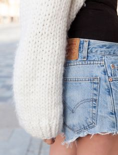 (Cardigan I Love Mr Mittens - photo Anouk Yve) Les Brèves - Tendances de Mode Fall Winter Outfits, Summer Outfits, I Love Mr Mittens, Levis 501, Levi Shorts, Vintage Jeans, Mode Style, Boss Lady, What To Wear
