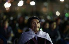 Una mujer observa en la playa de Copacabana, en Río de Janeiro,la realización del Vía Crucis, ante la presencia del Papa Francisco. (Ap)
