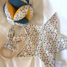 Trio at liberty: gripping ball, teething ring and blanket - blanket Couture Bb, Couture Sewing, Creation Couture, Baby Sweaters, Star Shape, Baby Love, Baby Baby, Baby Sewing, Montessori
