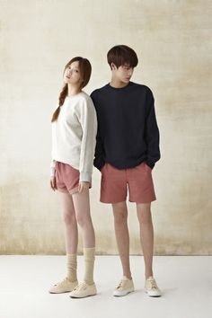 17 Minimalist Fashion Outfits to Copy This Season - Fashiotopia Matching Couple Outfits, Matching Couples, Cute Couples, Asian Fashion, Look Fashion, Fashion Outfits, Couple Ulzzang, Korean Couple, Couple Photography Poses