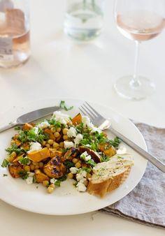 Tätä ohjetta toivottiin uusintana: se ruokaisa salaatti, jonka kastikkeessa on MAKUA. Täältä pesee! Bataatin sijaan tämän salaatin voi tehdä mainiosti myös porkkanoista. Ja kikherneet voi vaihtaa lins