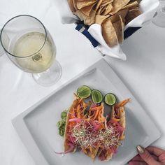 Entradinha pra começar a viagem em Puerto Vallarta México. Taquitos dorados de atún sashimi como entrada no Hotel Casa Velas e uma taça de vinho branco Care pra acompanhar. . #puertovallarta #rivieranayarit #amopv #amorn #GTAassist #seguroGTA #viajecomGTA #seguroviagem #aeroméxico #presstripscritta #trip