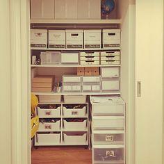 女性で、のIKEA/セリア/無印良品/おもちゃ収納/可動棚/押入れ収納…などについてのインテリア実例を紹介。「和室の押入れ。下半分はおもちゃばかり。」(この写真は 2014-10-29 20:16:05 に共有されました)