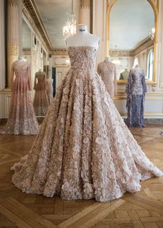 It's impossible not to fall for Paolo Sebastian's couture creations! Ellie Saab, Evening Dresses, Prom Dresses, Formal Dresses, Couture Dresses, Fashion Dresses, Michael Cinco, Zuhair Murad, Looks Cool