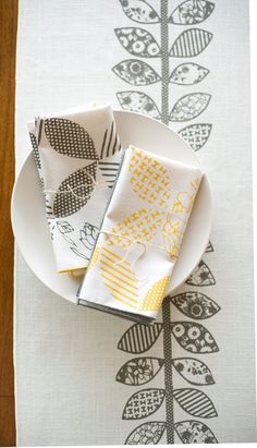 Gray Double Vine Runner w/yellow Napkins